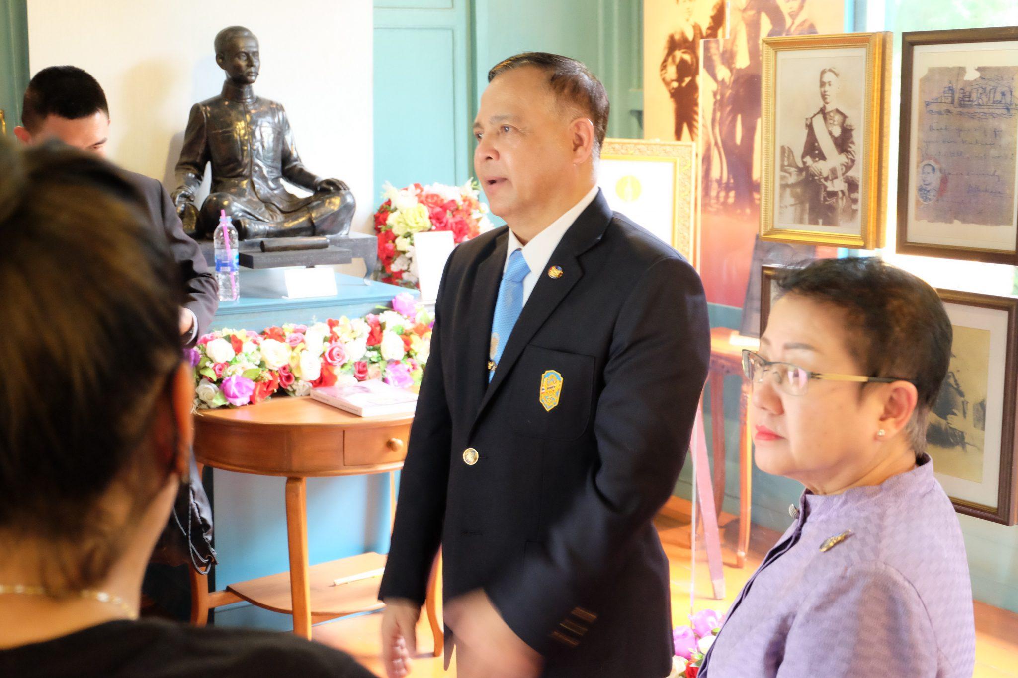 เมื่อวันที่ 30 ต.ค 62 รักษาราชการแทนอธิการบดี มทร.พระนคร พร้อมด้วย คณบดีคณะศิลปศาสตร์ ให้การต้อนรับ พลเรือเอก จุมพล ลุมพิกานนท์ ประธานมูลนิธิกรมหลวงชุมพรเขตรอุดมศักดิ์หาดทรายรี เพื่อนำชมเรือนหมอพร สถานที่ใช้นั่งอธิฐานจิต